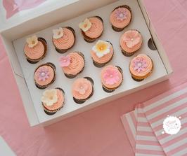 12 mini Cupcakes mit Blumendekoration