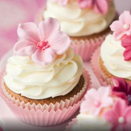 Cupcake mit rosa Blume und Perlen