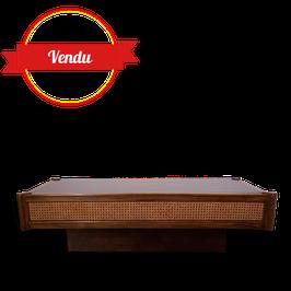 Table basse en bois, rotin et plateau en verre noir