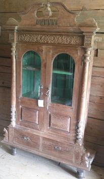 Schrank mit Glasflügeltüren