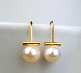 Big freshwater pearl earring. Pearls on a wire of gold.