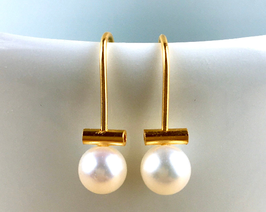 Freshwater pearl earring. Pearls on a wire of gold.