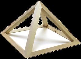 Luftige Holz-Pyramide aus duftendem Zirbenholz