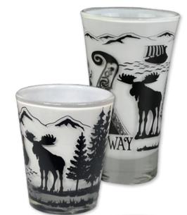 1 x Drammebeger, sort/ hvit Norgesmotiv, 1 x Shot glass, sort/ hvit Norgesmotiv