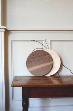 Rundes Holzbrett aus Ahornholz oder Nussbaumholz in Stoffbeutel