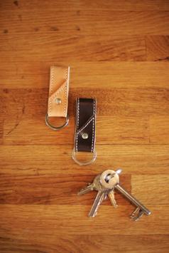 Schlüsselanhänger aus echtem Rindsleder in Stoffbeutel verpackt