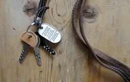 Schlüsselkappe aus echtem Rindsleder in Stoffbeutel verpackt