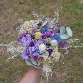 Bouquet de fleurs séchées mauve.