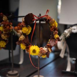 Couronne de fleurs orangé/jaune en fleurs séchées et stabilisées