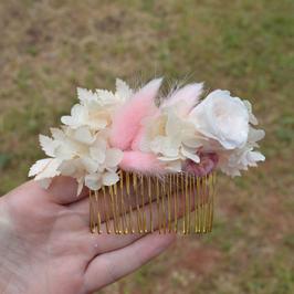 Peigne en fleurs séchées et stabilisées rose poudré et blanc.