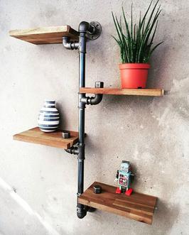 4 Etagen Loft Rohrregal als Wandregal mit Eisenrohren und rustikalen Holzbrettern
