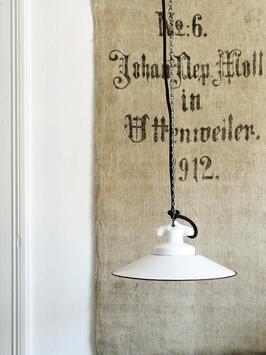 Antike weiße Emaille Lampe mit Porzellanfassung & Kette Nr.2 Groß