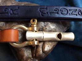 Hundepfeife mit schönem Lederband, Pfötchen und Namen