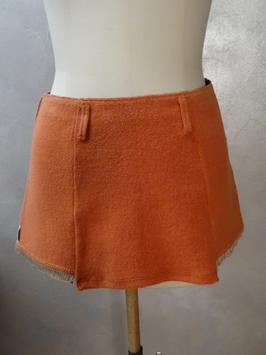 Mini jupe orange. Existe en colori écru.
