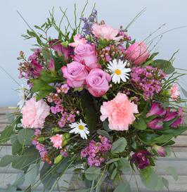 Gemischter Frühlingsstrauß mit zarten Wachsblümchen