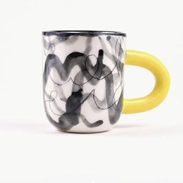 Tasse motifs noirs et anse jaune