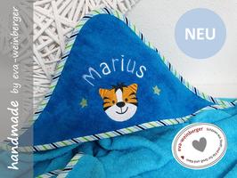 Kapuzenhandtuch • Name • Tiger Geschenk Baby Taufe Geburt Musterfoto: türkisblau/petrol Name hellblau/weiß Boffo Dak Sterne maigrün