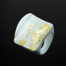 Weißer Ring mit Goldmetalleinschluss