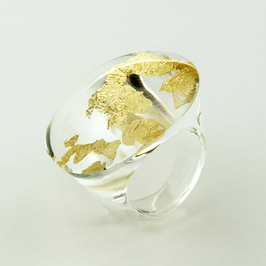 Transparenter Ring mit Goldmetall