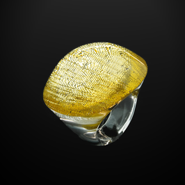 Ring mit goldenem Textileinschluss