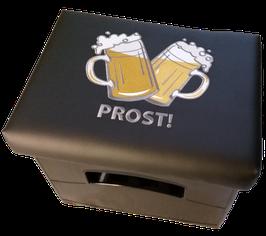 """Zwei Bierkrüge gekreuzt mit Schriftzug """"Prost!""""(Kunstleder schwarz)"""