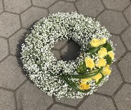 Schleierkraut Kranz mit gelben Rosendekor