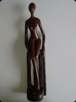 Statuette de femme en ébène