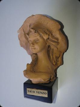 Buste de jeune fille signé Nico Venzo
