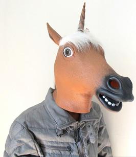 braunes Pferd mit Horn