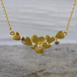 Gold-Anhänger mit verspielten Herzen und Halskette