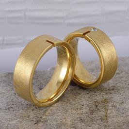 Ehe-/Partnerringe: Zwei Gelbgold-Bandringe mit Einschnitt