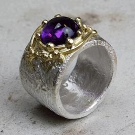 Romantisch: Silber-Gelbgold-Ring  mit Amethyst Cabachon