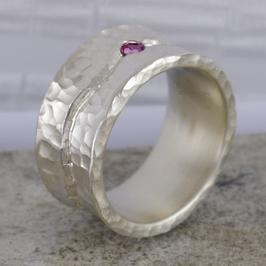 Silber-Ring fein geschmiedet mit Rubin