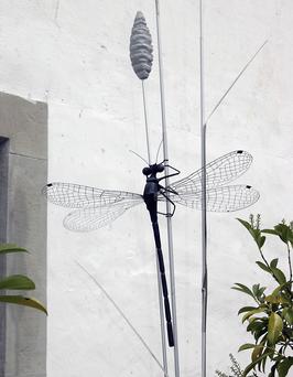 Libelle am Grashalm aus Messing und Acrylzement