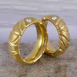 Ehe-/Partnerringe: Zwei Gelbgold-Ringe mit Wellenstruktur