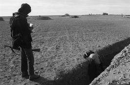 Christine Spengler. Sahara Occidental, 1976. Mahbès. Après la bataille.