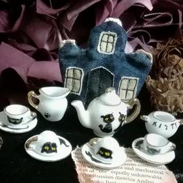ハロウィーンの黒猫ティーセット&ホーンテッドハウス型ティーコージー