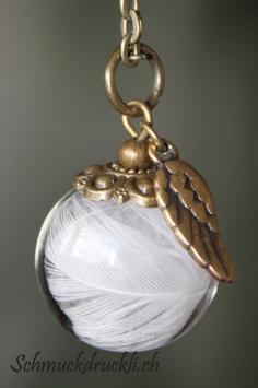 452 kleine Glashohlkugel mit weissen Federchen und Flügelanhänger bronzefarben