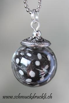 221a kleine Glashohlkugel mit Federchen Perlhuhn
