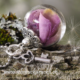 194 kleine Glashohlkugel mit pinken Rosenblättern und Anhänger Schlüsselchen