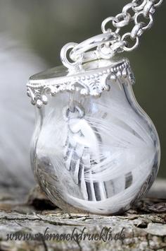170 kleine Glashohlperle mit Federchen und Engelsflügel im Innern