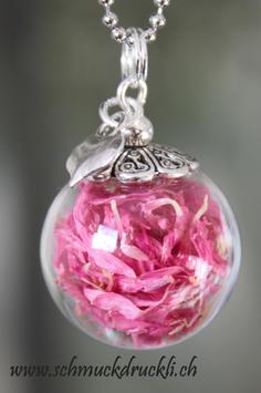 210 kleine Glashohlkugel mit pinken Kornblumen und Anhänger Herz