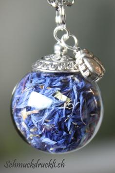 224 grosse Glashohlkugel mit echten Kornblumen und Glückskäfer