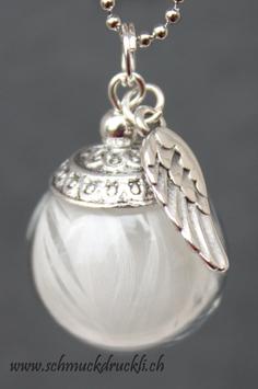 220G kleine Glashohlperle mit weissen Federchen und Flügelanhänger