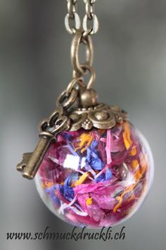 454 kleine Glashohlkugel mit Blüten und Schlüsselchen-Anhänger