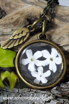 458 Amulett mit getrockneten Vergissmeinnicht und Anhänger Engelsflügel bronzefarben