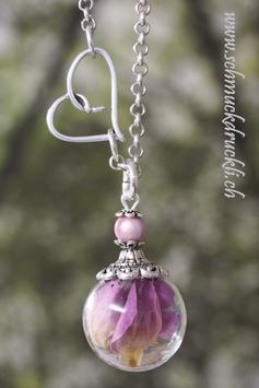 164 kleine Glashohlperle mit echten Rosenblüten pink, Herzchenkette