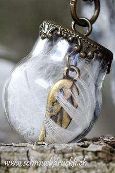 460 kleine Glashohlperle mit Federchen und Engelsflügel im Innern bronzefarben