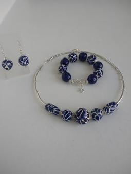 Gargantilla de talavera azul cobalto plumeada, aretes y pulsera