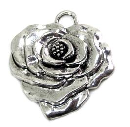 Breloque fleur en forme de coeur en métal argenté  - 35 x 32 mm